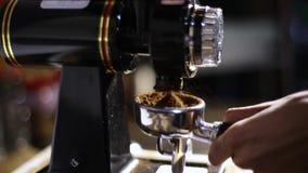 Λείανση μύλων καφέ που ψήνεται πρόσφατα Παίρνει από τη μηχανή μύλων καφέ απόθεμα βίντεο