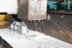 Λείανση του μετάλλου σε μια επίπεδα εργαλειομηχανή με την υδρόψυξη Μεταλλουργική βιομηχανία Εικόνα με την απόχρωση Στοκ εικόνα με δικαίωμα ελεύθερης χρήσης
