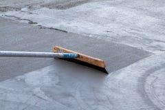 Λείανση του πρόσφατα χυμένου σκυροδέματος Στοκ Φωτογραφία