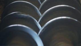 Λείανση του συναπόσπορου στην παραγωγή με τους άξονες μετάλλων, κινηματογράφηση σε πρώτο πλάνο, βιομηχανία, αλέθοντας σιτάρι απόθεμα βίντεο