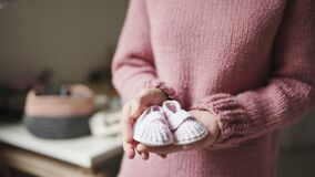 Λείες μωρών στους θηλυκούς φοίνικες Πλεκτά παπούτσια χειροποίητα για τα παιδιά απόθεμα βίντεο