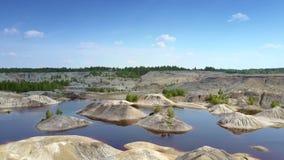 Λειαμένα νησάκια πετρών που διασκορπίζονται στη λίμνη λατομείων αργίλου απόθεμα βίντεο