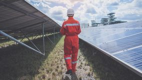 Λειτουργία και συντήρηση στις εγκαταστάσεις ηλιακής ενέργειας  τσάι εφαρμοσμένης μηχανικής στοκ εικόνα