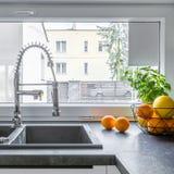 Λειτουργικός νεροχύτης κουζινών στοκ εικόνες