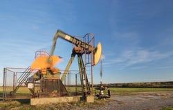 Λειτουργούσα αντλία πετρελαίου, θολωμένα κινούμενα μέρη Στοκ Φωτογραφία