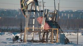 Λειτουργούσα μονάδα για την παραγωγή αργού πετρελαίου στα πλαίσια της πόλης Στοκ Φωτογραφίες