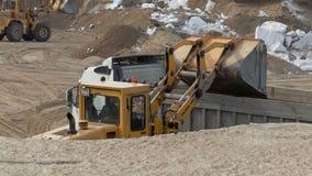 Λειτουργώντας άμμος φορτίων φορτωτών ροδών στο εμπορευματοκιβώτιο απόθεμα βίντεο