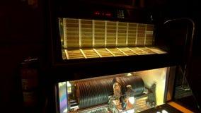 Λειτουργώντας αναδρομικό βινυλίου jukebox στον πράσινο καφέ τζαζ μύλων απόθεμα βίντεο