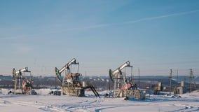 Λειτουργώντας αντλίες πετρελαίου στο χειμερινό τομέα Στοκ φωτογραφία με δικαίωμα ελεύθερης χρήσης