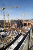 Λειτουργώντας γερανός στην κατασκευή του σπιτιού Στοκ εικόνες με δικαίωμα ελεύθερης χρήσης