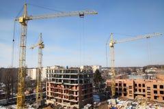 Λειτουργώντας γερανός στην κατασκευή του σπιτιού Στοκ Εικόνες