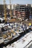 Λειτουργώντας γερανός στην κατασκευή του σπιτιού Στοκ φωτογραφίες με δικαίωμα ελεύθερης χρήσης