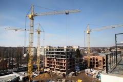 Λειτουργώντας γερανός στην κατασκευή του σπιτιού Στοκ Φωτογραφίες