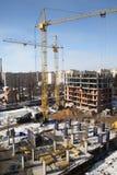 Λειτουργώντας γερανός στην κατασκευή του σπιτιού Στοκ Εικόνα