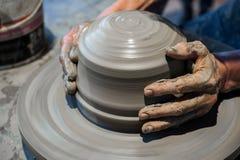 Λειτουργώντας γκρίζος άργιλος στη ρόδα αγγειοπλαστικής Στοκ Εικόνες