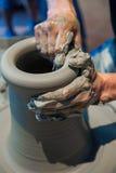 Λειτουργώντας γκρίζος άργιλος στη ρόδα αγγειοπλαστικής Στοκ εικόνα με δικαίωμα ελεύθερης χρήσης