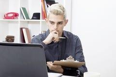 Λειτουργώντας γραφείο νεαρών άνδρων Στοκ φωτογραφία με δικαίωμα ελεύθερης χρήσης