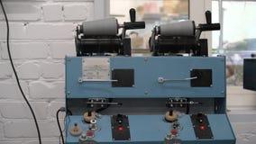 Λειτουργώντας εξοπλισμός στο πλέξιμο του εργαστηρίου απόθεμα βίντεο