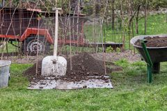 Λειτουργώντας εργαλεία κήπων Φτυάρι Propped ενάντια στο κόσκινο Wheelbarrow σύνολο της γης Κάδος που κρύβεται στη γωνία Σημαντικά στοκ εικόνα