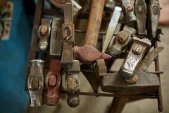 Λειτουργώντας εργαλεία μετάλλων στο εργαστήριο σιδηρουργών ` s, κινηματογράφηση σε πρώτο πλάνο, εκλεκτική εστίαση, καμία Στοκ εικόνα με δικαίωμα ελεύθερης χρήσης