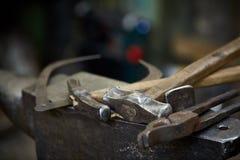 Λειτουργώντας εργαλεία μετάλλων στο εργαστήριο σιδηρουργών ` s, κινηματογράφηση σε πρώτο πλάνο, εκλεκτική εστίαση, καμία Στοκ φωτογραφίες με δικαίωμα ελεύθερης χρήσης