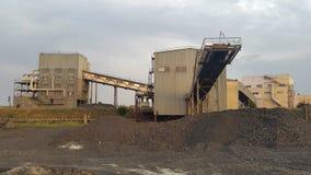 Λειτουργώντας θραυστήρας αμμοχάλικου ανασκόπηση βιομηχανική Στοκ εικόνα με δικαίωμα ελεύθερης χρήσης
