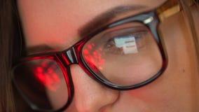 Λειτουργώντας κινηματογράφηση σε πρώτο πλάνο lap-top Διαδικτύου αντανάκλασης επιχειρηματιών γυαλιά 4k που πυροβολείται της γυναίκ απόθεμα βίντεο