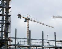 Λειτουργώντας κτήριο πύργων γερανών οικοδόμησης Στοκ εικόνα με δικαίωμα ελεύθερης χρήσης