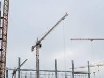 Λειτουργώντας κτήριο πύργων γερανών οικοδόμησης Στοκ Εικόνες