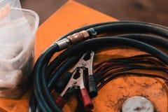 Λειτουργώντας μάνικες σε ένα γκαράζ Στοκ εικόνα με δικαίωμα ελεύθερης χρήσης