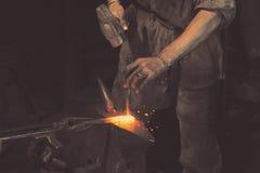 Λειτουργώντας μέταλλο σιδηρουργών με το σφυρί Στοκ φωτογραφία με δικαίωμα ελεύθερης χρήσης