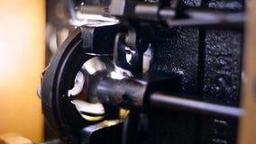 Λειτουργώντας μηχανισμός Παλαιά μαύρη ράβοντας μηχανή κλείστε επάνω απόθεμα βίντεο