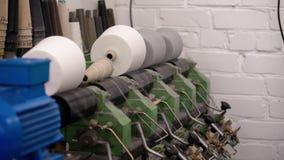 Λειτουργώντας πλέκοντας μηχανή στο βίντεο εργαστηρίων φιλμ μικρού μήκους