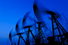 λειτουργώντας σκιαγραφία αντλιών πετρελαίου Στοκ φωτογραφίες με δικαίωμα ελεύθερης χρήσης