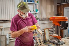Λειτουργώντας στιλβωτική ουσία ατόμων ξύλινη Στοκ Φωτογραφίες