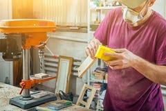 Λειτουργώντας στιλβωτική ουσία ατόμων ξύλινη Στοκ Εικόνες