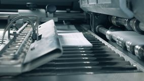 Λειτουργώντας τυπωμένο κινήσεις έγγραφο μεταφορέων σε ένα δωμάτιο τυπογραφίας φιλμ μικρού μήκους