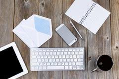 Λειτουργώντας υπολογιστής γραφείου με τα παραδοσιακά αντικείμενα αποστολής και τη σύγχρονη τεχνολογία Στοκ εικόνες με δικαίωμα ελεύθερης χρήσης