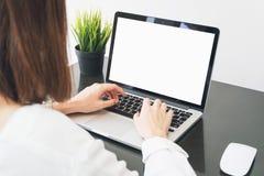 Λειτουργώντας lap-top χεριών γυναικών στο γραφείο στην αρχή μπορέστε να χρησιμοποιηθείτε στην αγγελία Στοκ εικόνα με δικαίωμα ελεύθερης χρήσης