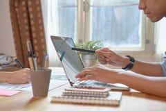Λειτουργώντας lap-top χεριών επιχειρηματιών στο ξύλινο γραφείο στην αρχή στο φως πρωινού Στοκ φωτογραφίες με δικαίωμα ελεύθερης χρήσης