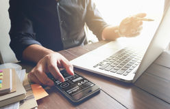 Λειτουργώντας lap-top χεριών επιχειρηματιών στο ξύλινο γραφείο στην αρχή στο φως πρωινού Στοκ Φωτογραφίες