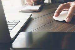 Λειτουργώντας lap-top χεριών επιχειρηματιών στο ξύλινο γραφείο στην αρχή στο φως πρωινού Στοκ εικόνες με δικαίωμα ελεύθερης χρήσης