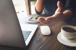 Λειτουργώντας lap-top χεριών επιχειρηματιών στο ξύλινο γραφείο στην αρχή στο φως πρωινού Εκλεκτής ποιότητας επίδραση Στοκ Φωτογραφία