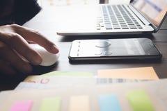 Λειτουργώντας lap-top χεριών επιχειρηματιών στο ξύλινο γραφείο στην αρχή στο φως πρωινού Στοκ Εικόνα