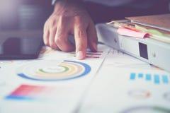 Λειτουργώντας lap-top χεριών επιχειρηματιών στο ξύλινο γραφείο στην αρχή στο φως πρωινού Η έννοια της σύγχρονης εργασίας με τη πρ Στοκ Εικόνες