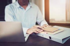 Λειτουργώντας lap-top χεριών επιχειρηματιών στο ξύλινο γραφείο στην αρχή στο φως πρωινού Η έννοια της σύγχρονης εργασίας με τη πρ Στοκ εικόνα με δικαίωμα ελεύθερης χρήσης