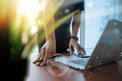 Λειτουργώντας lap-top χεριών σχεδιαστών Στοκ εικόνες με δικαίωμα ελεύθερης χρήσης