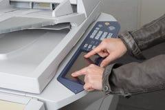 Λειτουργών εκτυπωτής επιχειρηματιών στην αρχή στην εργασία Στοκ Φωτογραφία