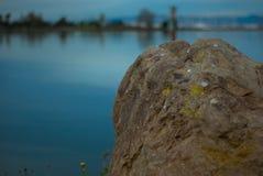 Λειχήνα-καλυμμένος λίθος που αγνοεί τον κόλπο Στοκ φωτογραφία με δικαίωμα ελεύθερης χρήσης