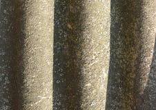 Λειχήνα-καλυμμένο παλαιό κυματιστό υπόβαθρο πλακών Ηλικίας κυματιστή πλάκα με το βρύο, κινηματογράφηση σε πρώτο πλάνο λειχήνων Στοκ φωτογραφίες με δικαίωμα ελεύθερης χρήσης